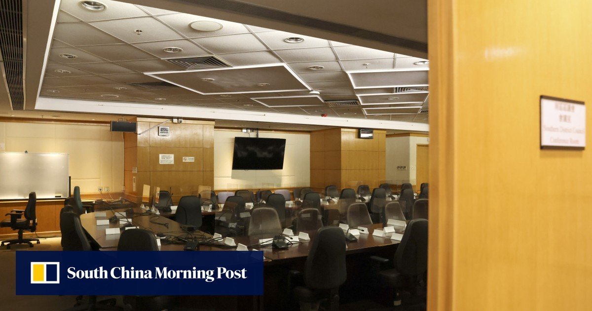 Seven district councils of the Hong Kong opposition party were disqualified after the deadline for providing information to establish the validity of the oath