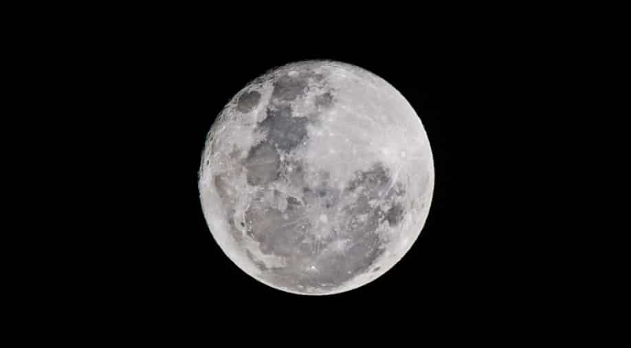 NASA announces that it will launch an unmanned flight around the moon in February 2022
