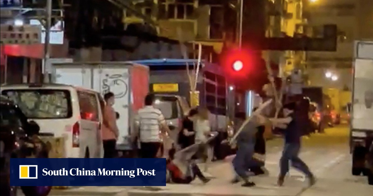 Hong Kong police are looking for a gang of attackers in Sham Shui Po who attacked a couple with bamboo poles