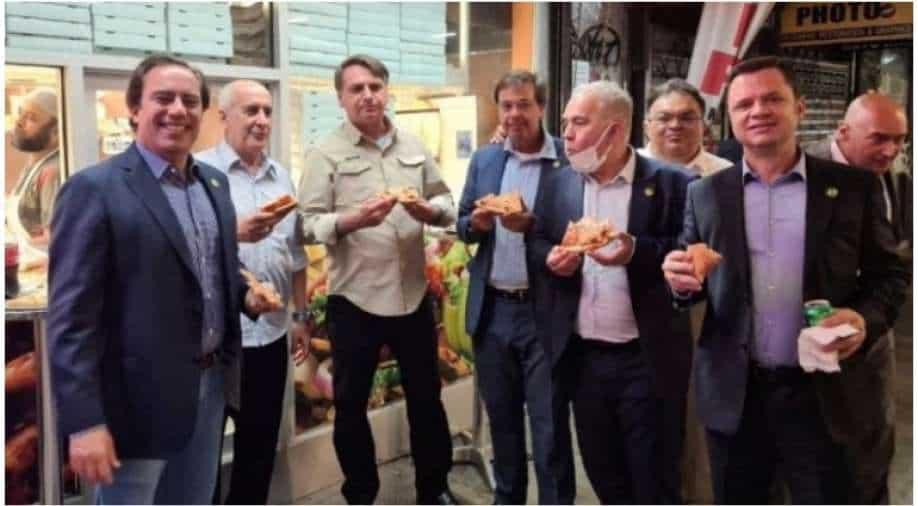 Unvaccinated Bolsonaro has to eat on the sidewalk as New York restaurants refuse entry