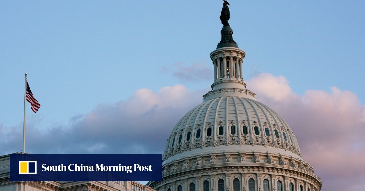US lawmakers are considering a temporary solution to the debt crisis